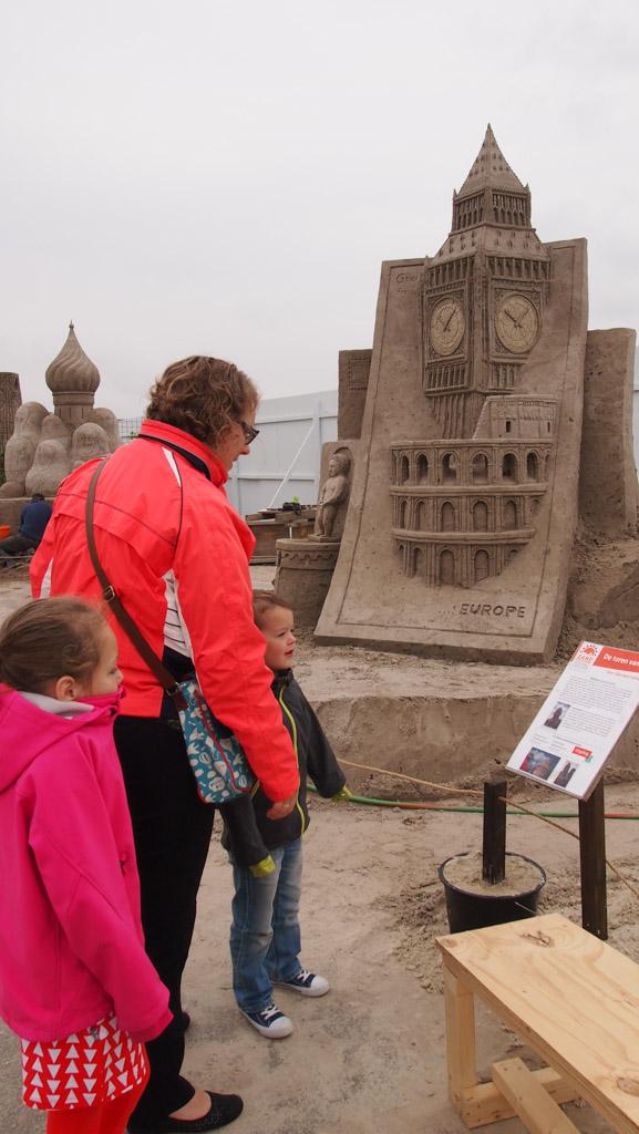 Bij de sculpturen staan informatieve bordjes.