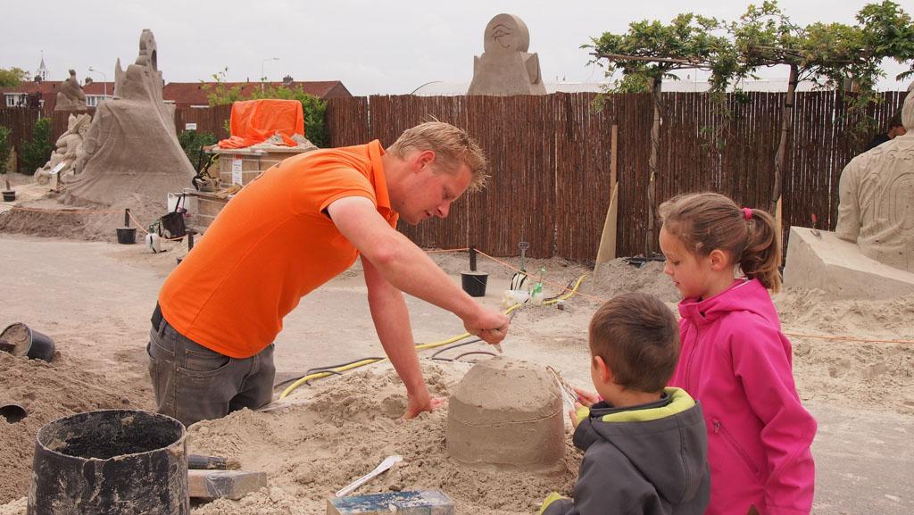 Voorzichtig het zand verwijderen.
