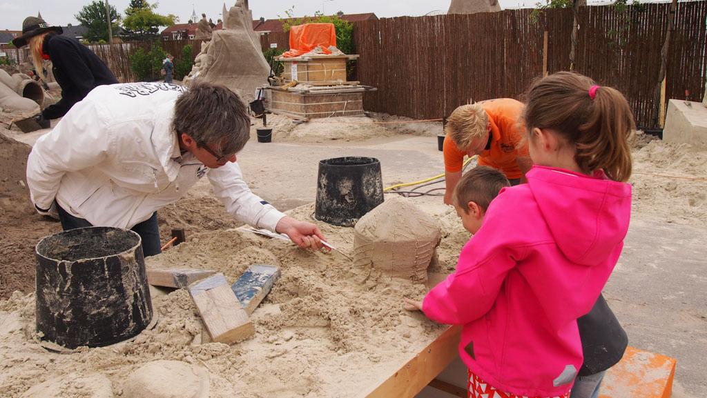 Het uithollen van de circustent van zand.