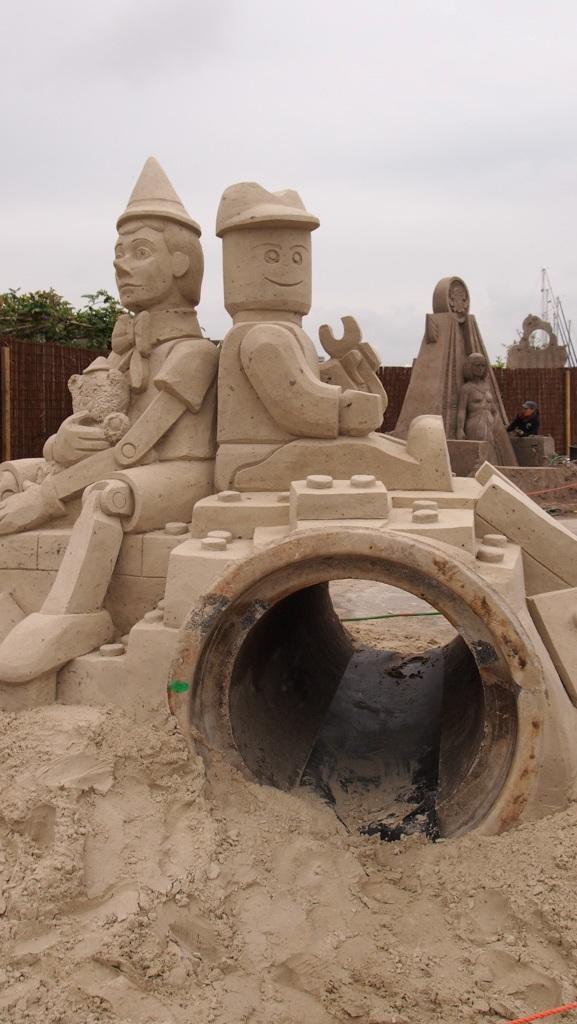 Leuk voor kinderen: onder een zandsculptuur door lopen.
