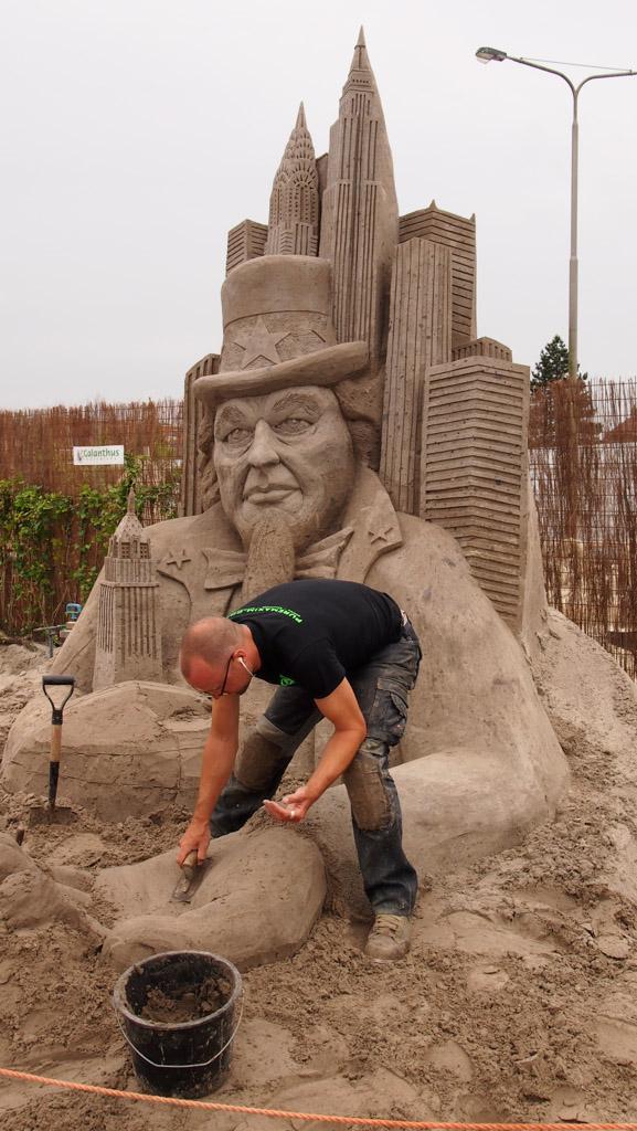 Een paar uur na ons bezoek werd Maxim Gazendam met dit zandsculptuur de Nederlands kampioen.