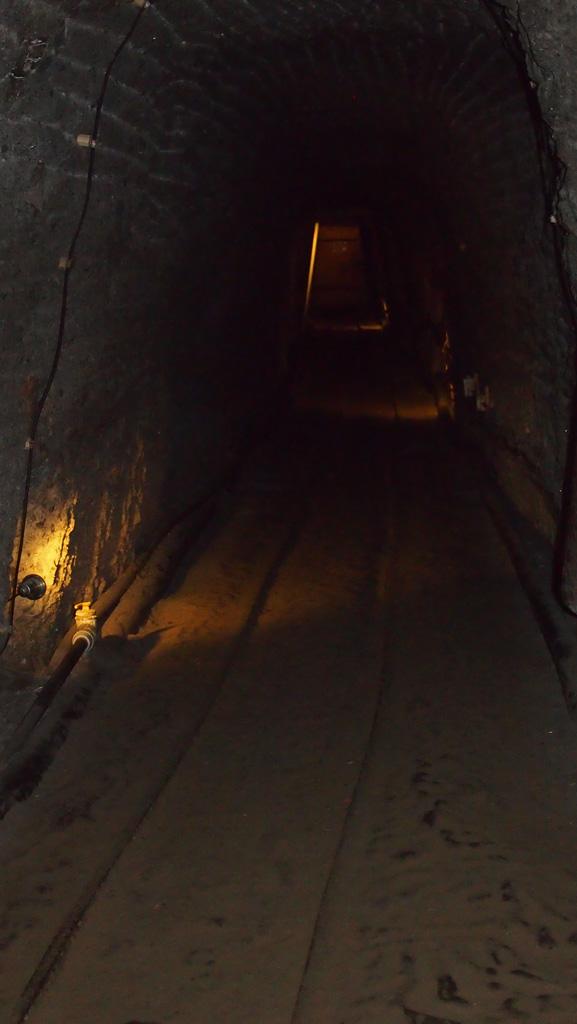 We wandelen steeds enkele honderden meters door dit soort gangen om bij het volgende informatieve gedeelte te komen.
