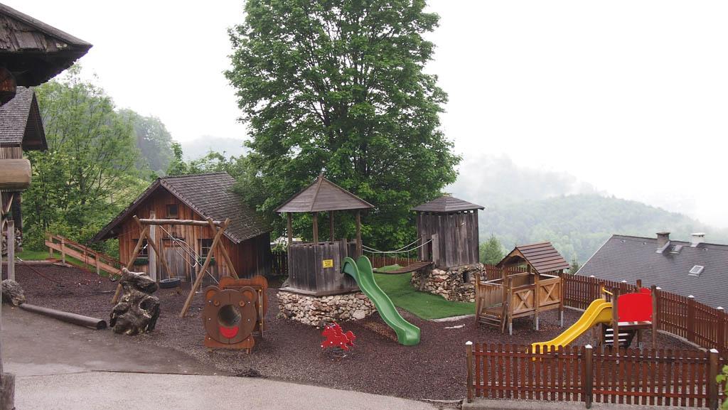 Jonge kinderen vermaken zich prima in de speeltuin.
