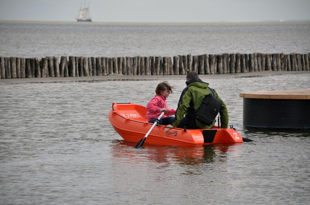 Eigenlijk is het bootje een beetje te licht voor vader en dochter. Maar ze blijven drijven!