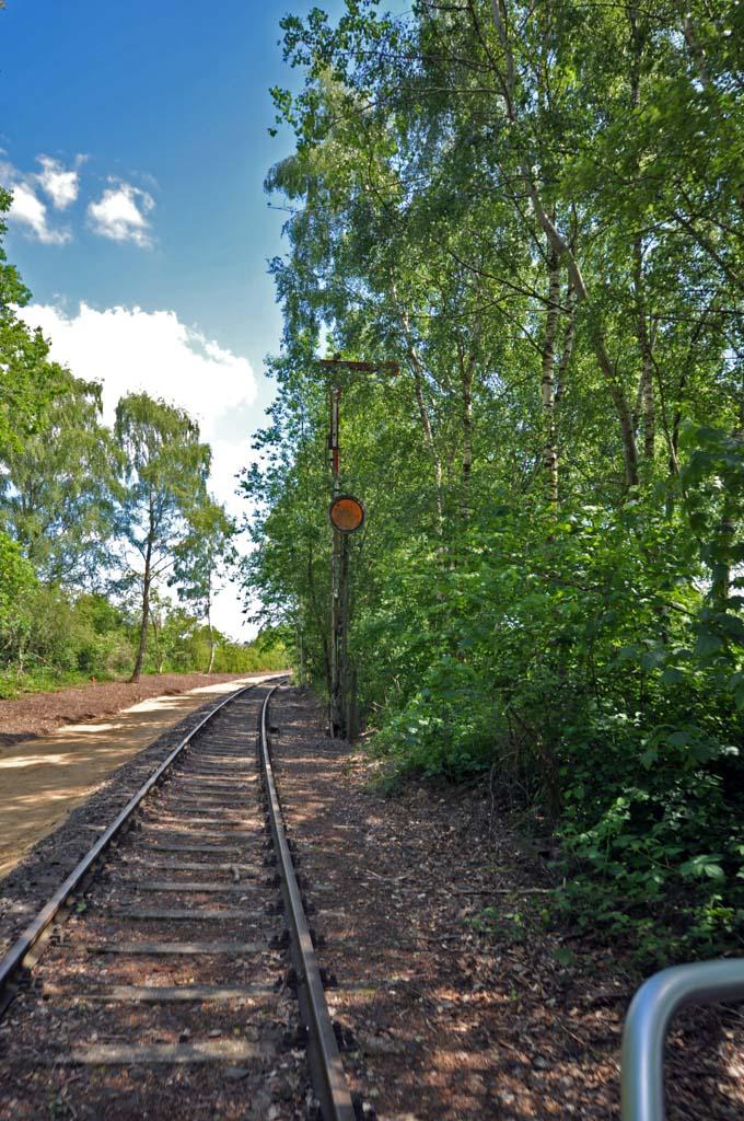 Je fietst over spoorrails die niet meer gebruikt wordt door treinen.