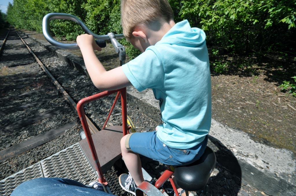 Ook al is Jelmer nog net te klein, hij probeert toch te fietsen.
