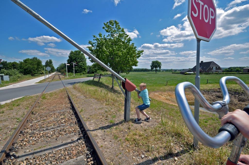 Favoriete bezigheid bij de kinderen: de spoorboom openen.