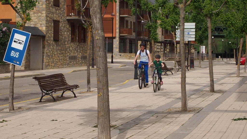 Een vreemde fiets is voor de meeste kinderen best spannend, daarom oefenden we eerst bij de fietsverhuurder.