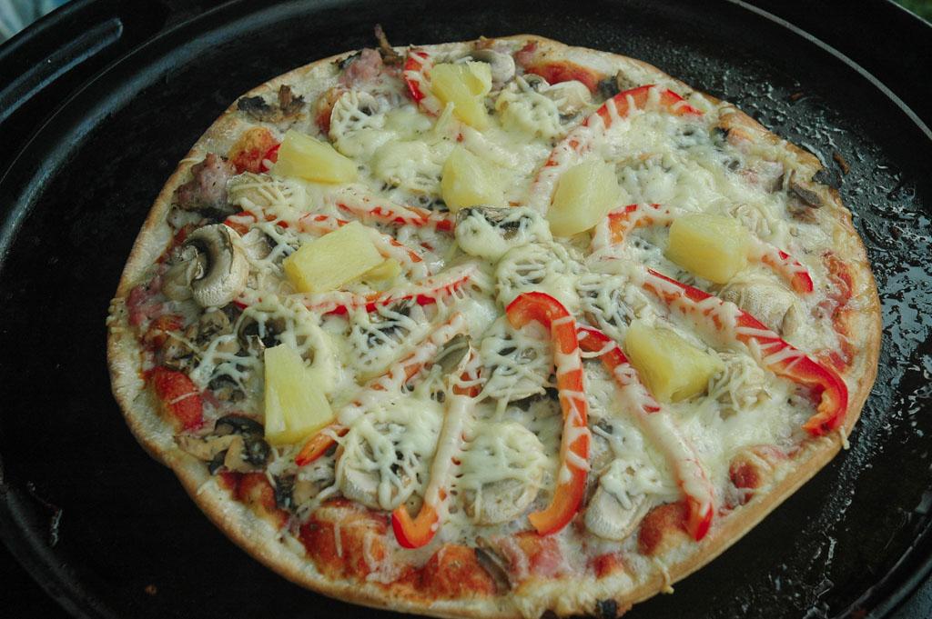 Echte zelfgemaakte pizza op de skottel.