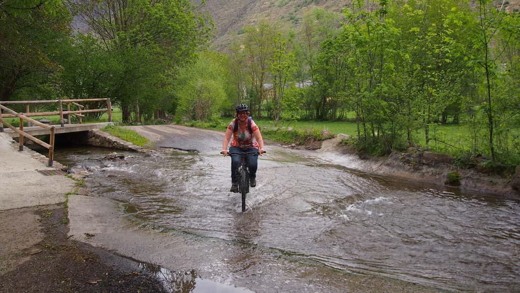 Maar ik vind mezelf ook best stoer, met kind achterop door het water fietsen.