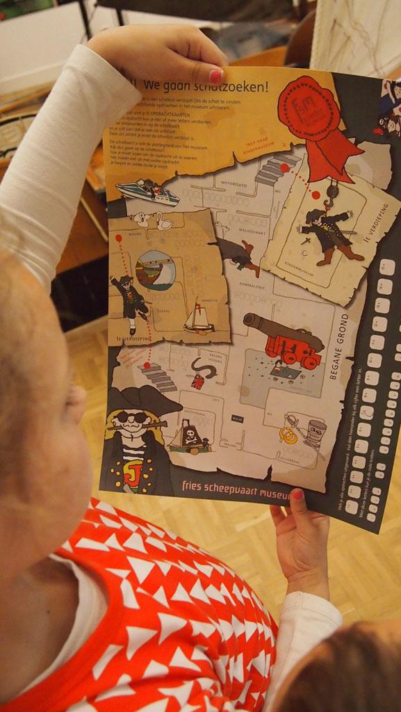 Maureen bestudeert de schatkaart.
