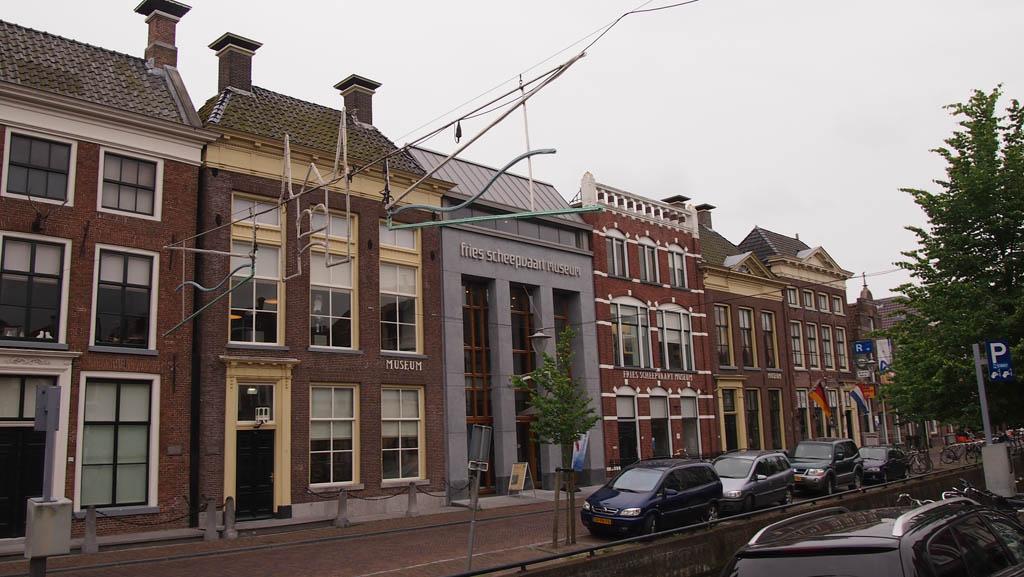 Het Fries Scheepvaart Museum staat in het oude centrum van Sneek.