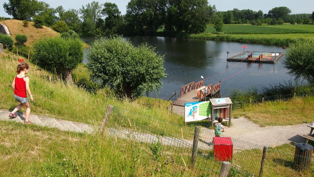 Nederland ligt in het water en met een trekvlot varen we er heen.