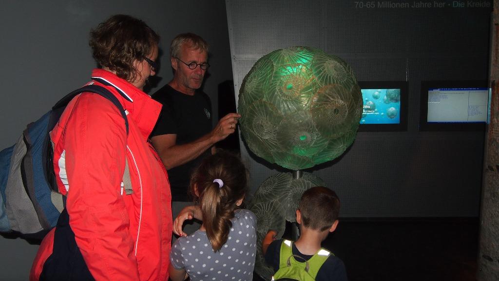Gelukkig staat er onder die enge dino een aardige medewerker die ons kort iets vertelt over het Geocenter.