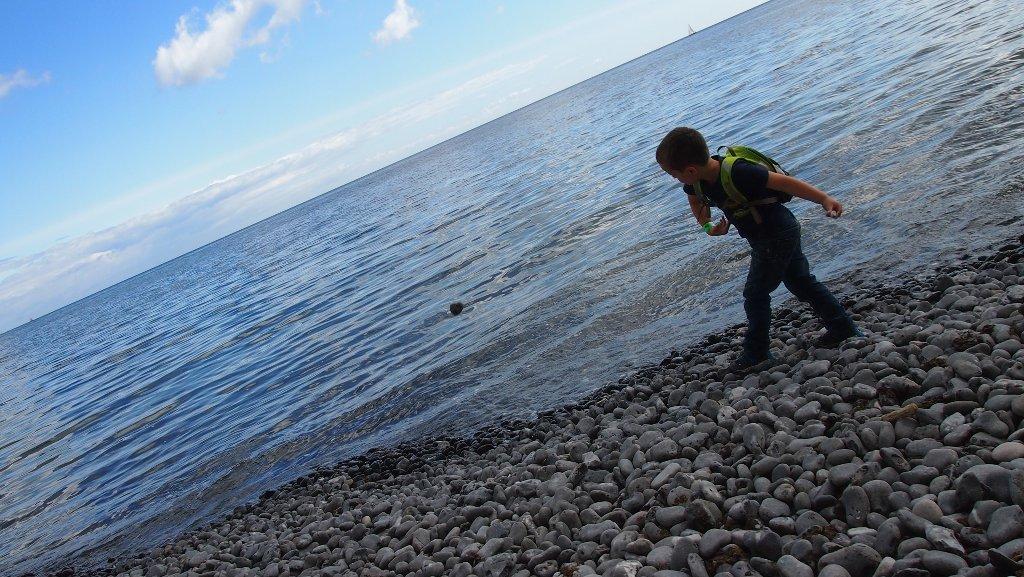 Blijft leuk: stenen in het water gooien.