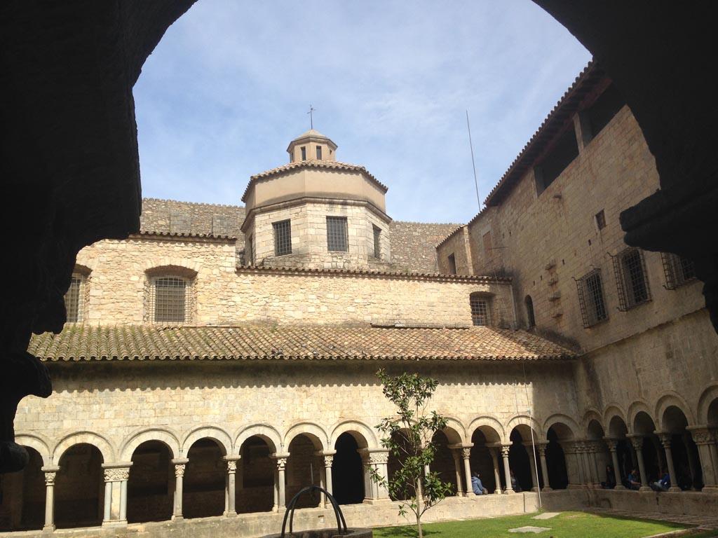 Het klooster dat bij de kathedraal hoort.