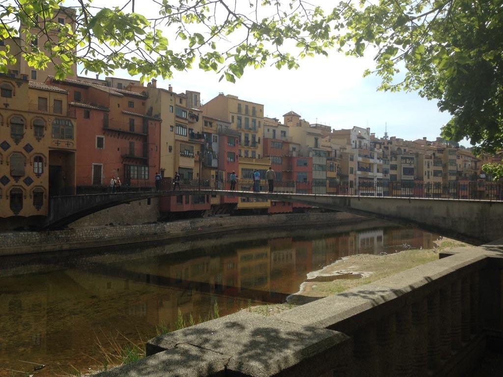Een van de bekendste plaatjes van Girona: de gekleurde huizen die over de rivier hangen.