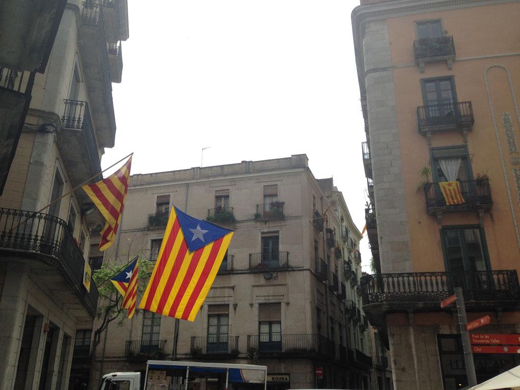 Overal wappert de Catalaanse vlag.
