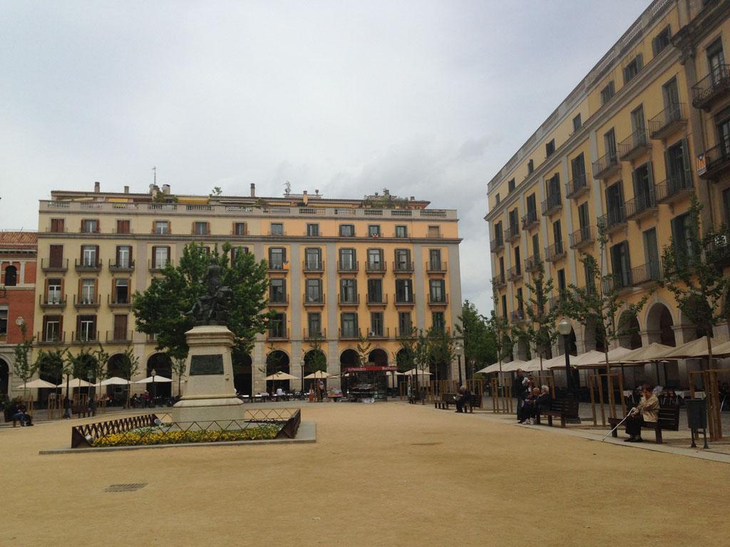 Een plein vol met terrasjes.