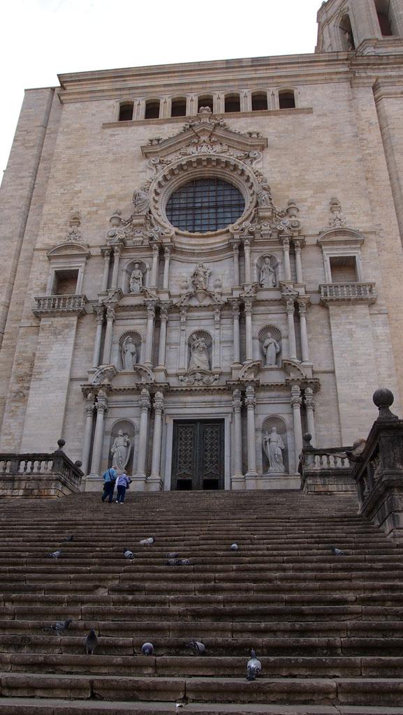 De kathedraal met een deel van de 90 treden.