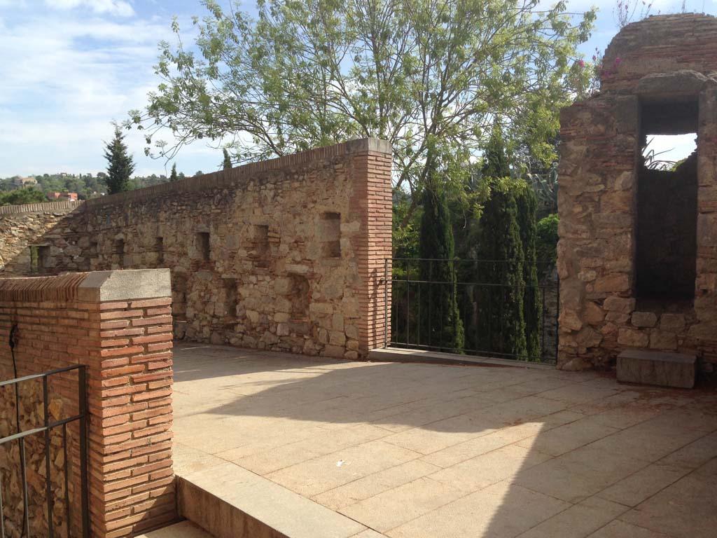 Op verschillende plekken kan je de muur af, een toren beklimmen of een parkje bekijken.