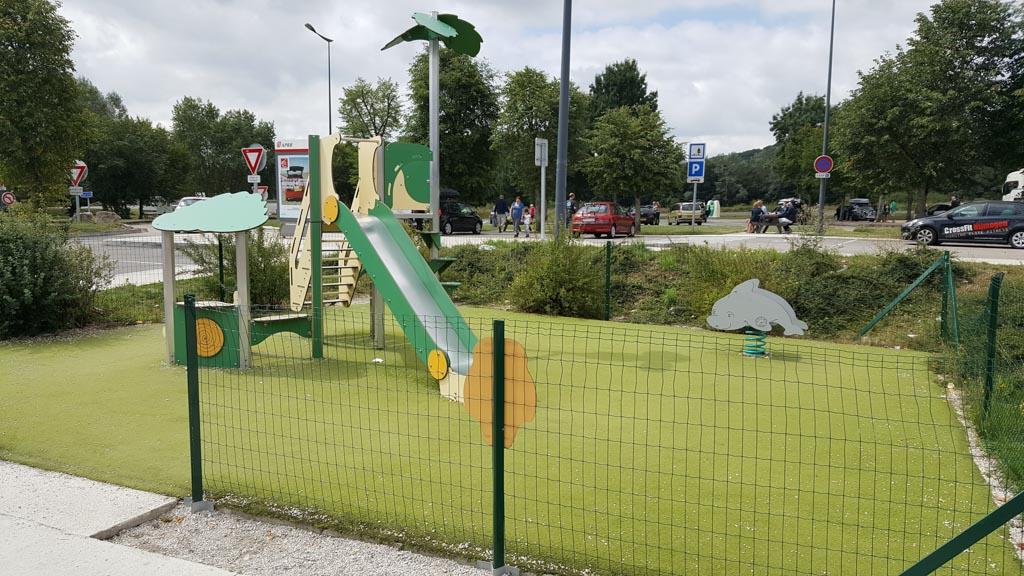 Aire Montigny-le-Roi langs de A31 heeft een kleine speeltuin naast een oplaadpunt voor elektrische auto's.