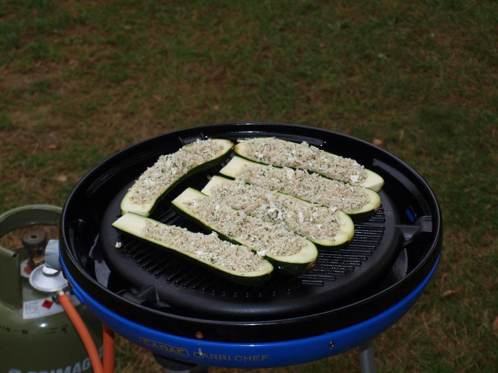 Gevulde courgettes grillen op de skottel.