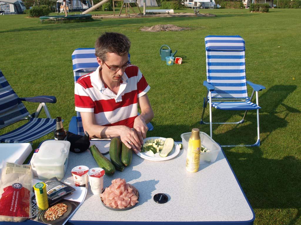 Het fijne van kamperen: buiten koken en bijvoorbeeld kip-courgette schotel maken.