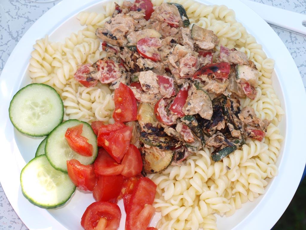 Smullen van pasta met tonijn, tomaat en courgette.