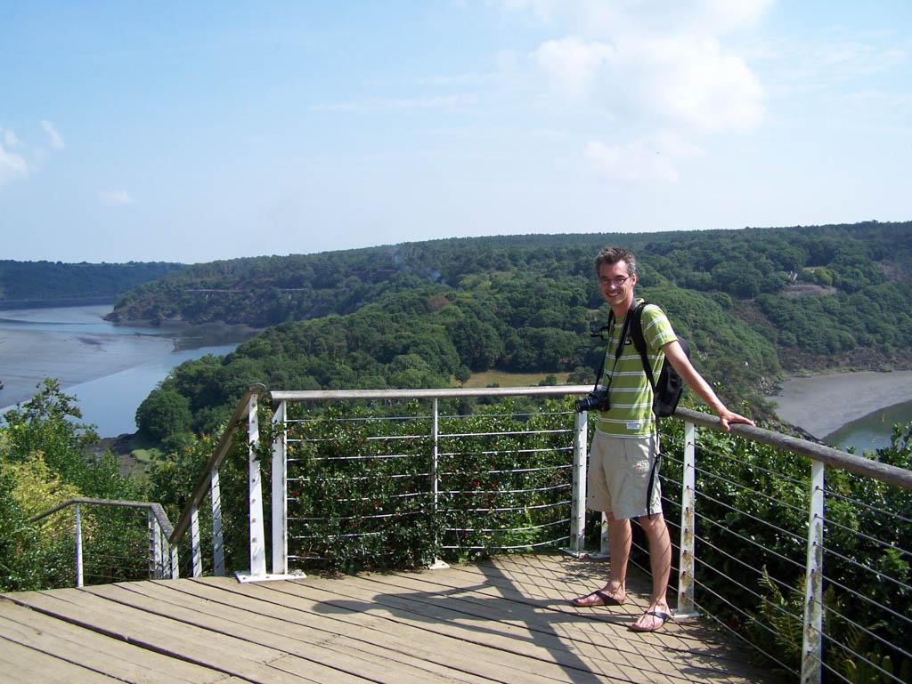 Gerard bij het uitzicht over de rivier en de omgeving.