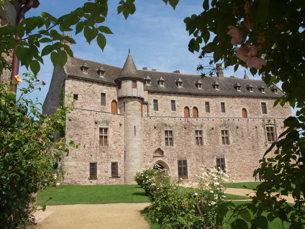 Het kasteel is niet groot, maar ziet er met de kleine torentjes wel mooi uit.