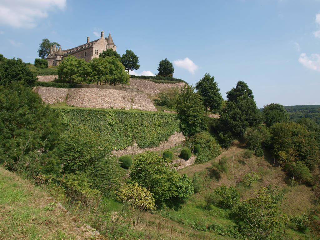 Het kasteel torent overal boven de tuin uit.