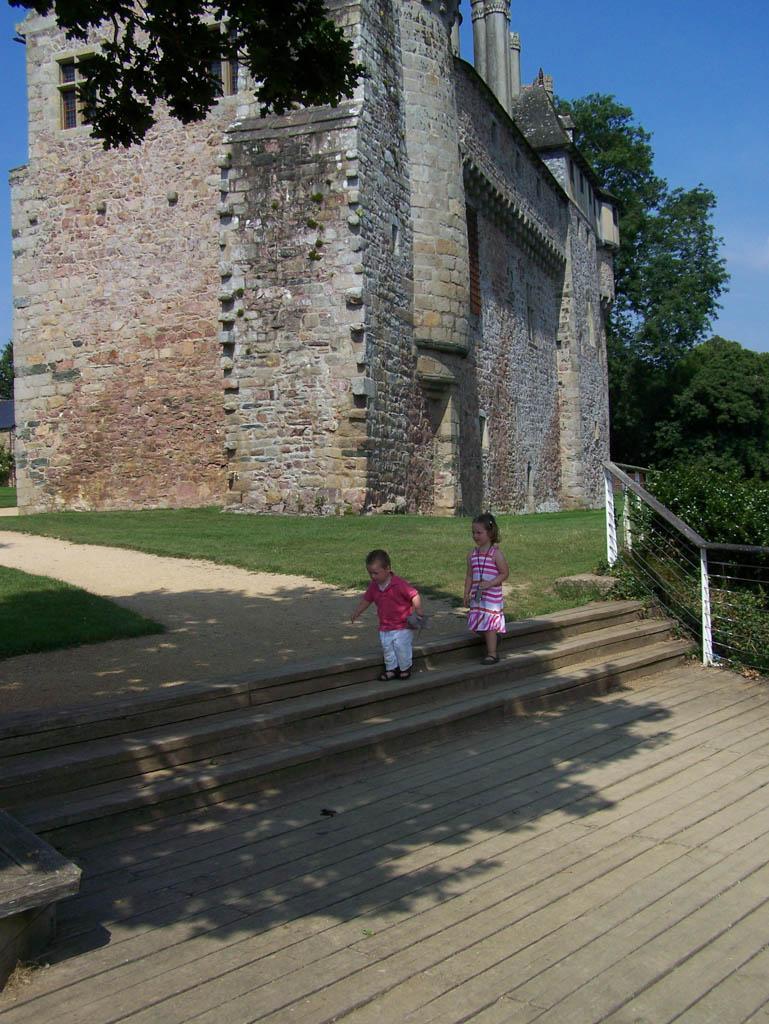 Spelen op het trappetje bij het kasteel.