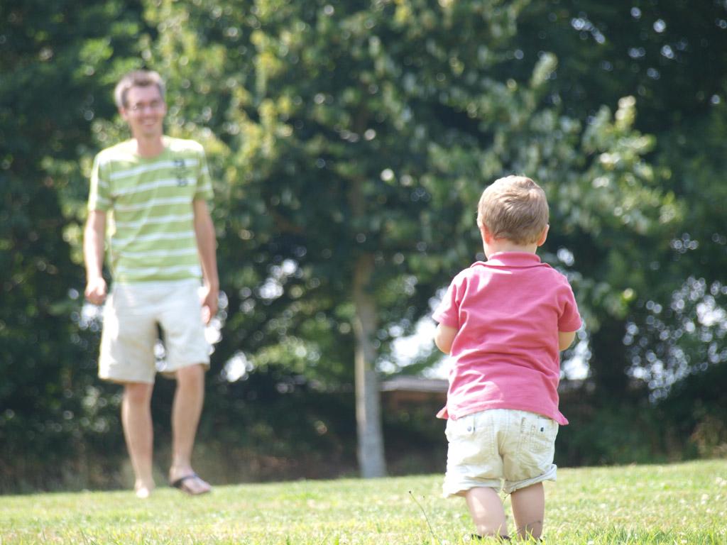 Gerard en Camiel gaan een potje voetballen.