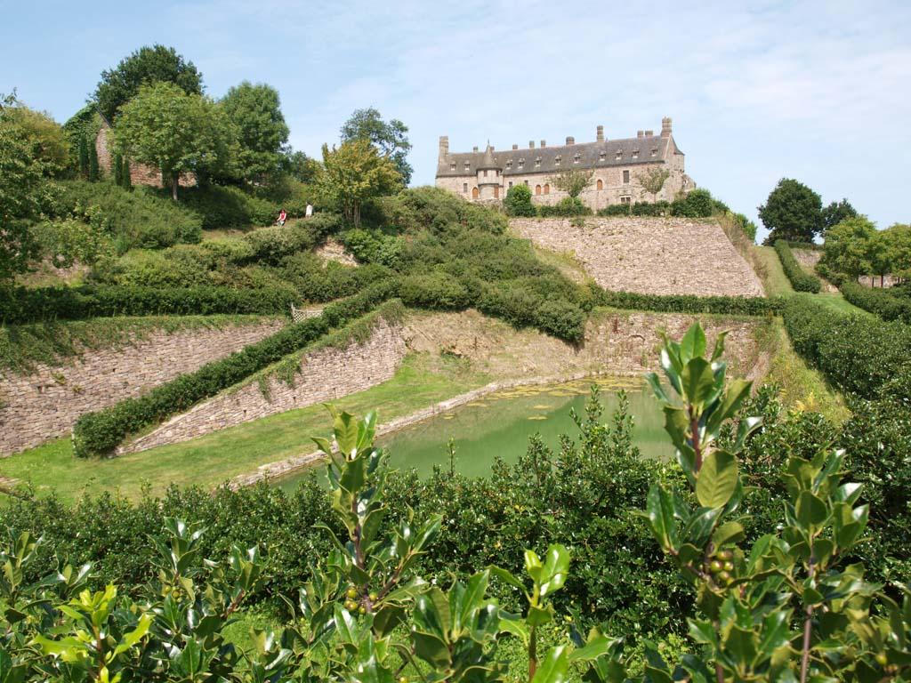 Zicht op het kasteel vanuit de tuin.