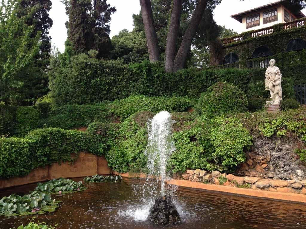 Mooie fontein en een vijver met waterlelies.