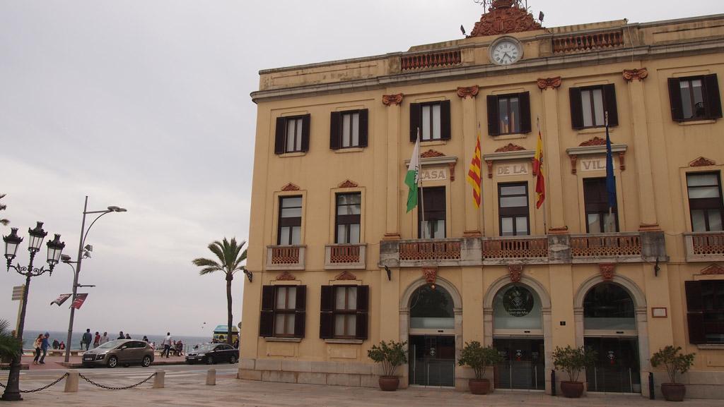 Het Raadhuis en aan de linkerkant de boulevard en de zee.