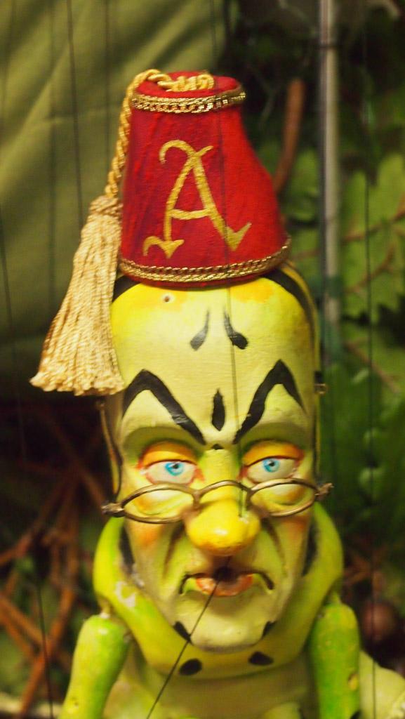 Uit Alice in Wonderland: de rups.