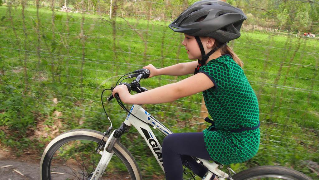 Stoer chickie! Voor het eerst op mountainbike.