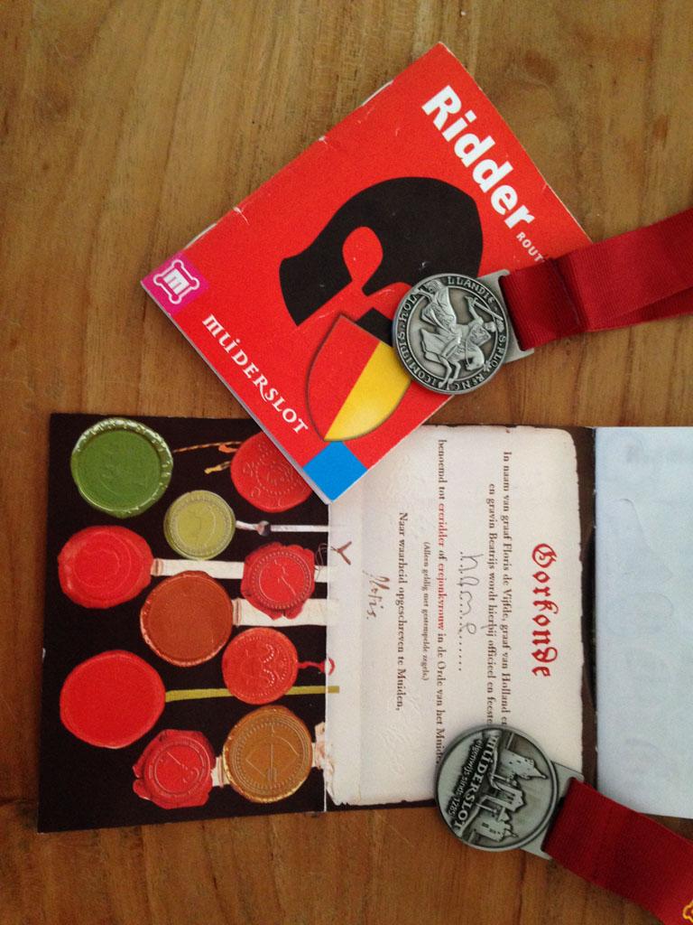 Oorkonde, stempelkaart en medailles.