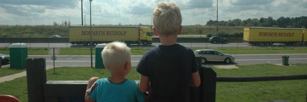 Kindvriendelijke parkeerplaatsen langs de Franse snelweg