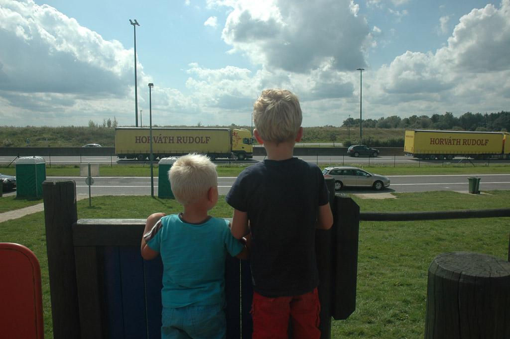 .... maar vooral vanwege het 1e rangs uitzicht op de vrachtwagens! Dit is onze favoriet van het lijstje met kindvriendelijke parkeerplaatsen langs de Franse snelweg
