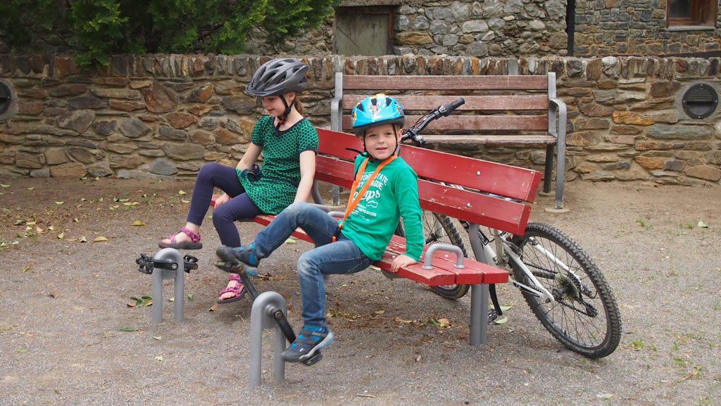Zelfs in de speeltuin gaan ze fietsen....