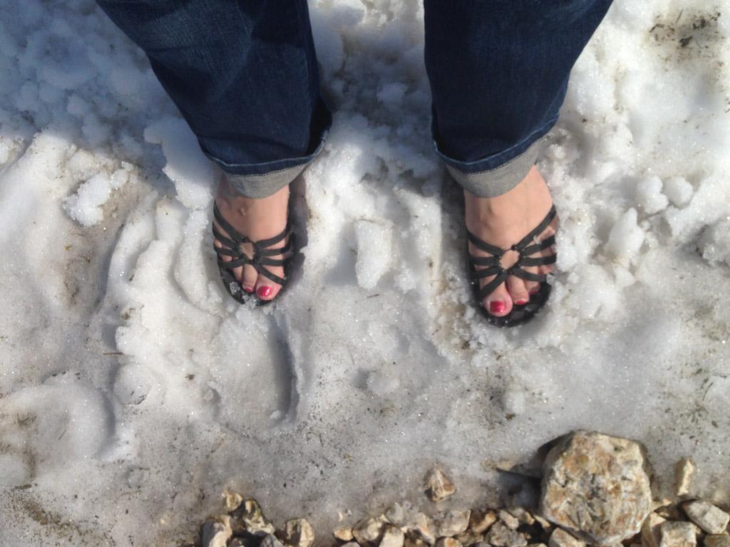 Brrr, koud met je voeten in de sneeuw.