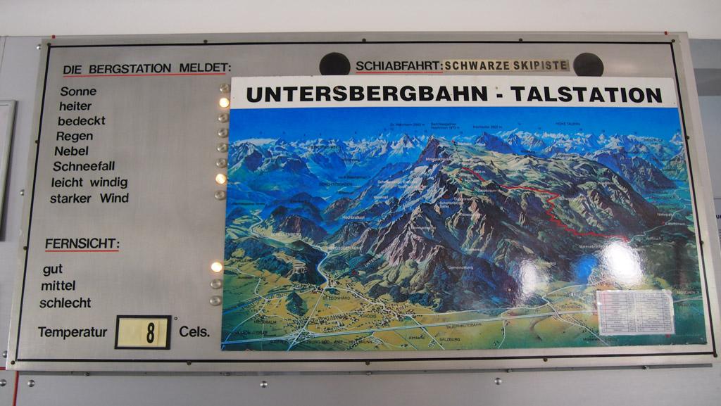 In het dalstation hangt een handig en informatief bord.