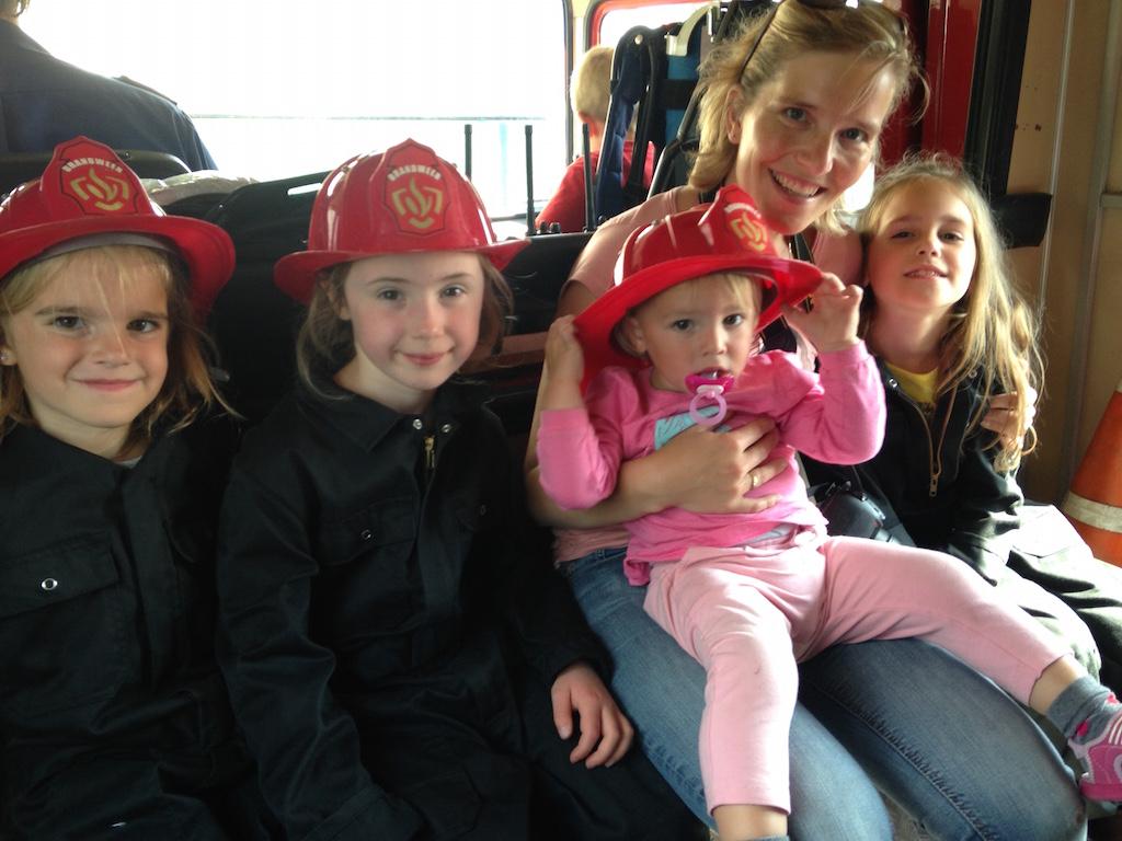 In de brandweerauto.