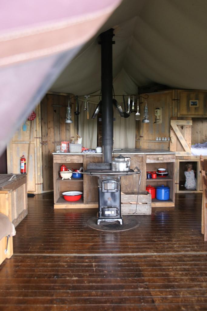 Sfeervolle woonkamer en keuken in de tent.