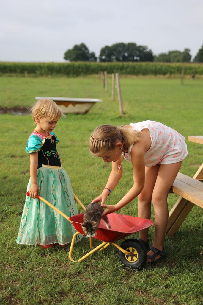 Irza was helemaal gek met de kleine kruiwagen.