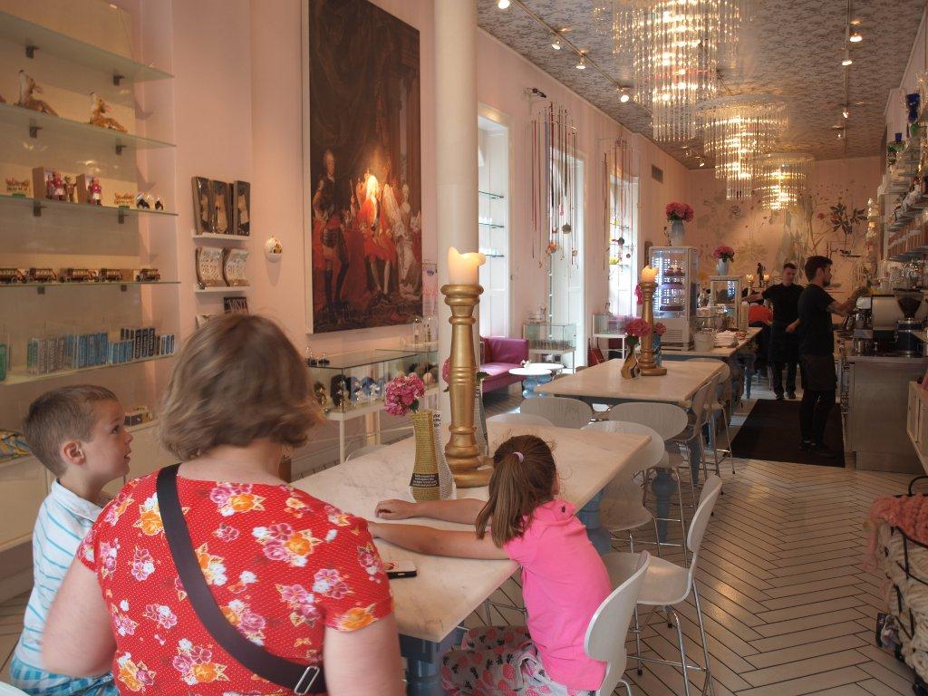 Royal Smushi Café heeft een erg mooie inrichting.