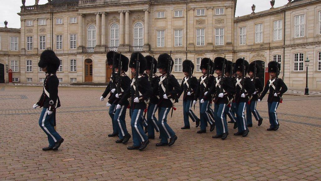 Wisseling van de wacht bij Amalienborg.